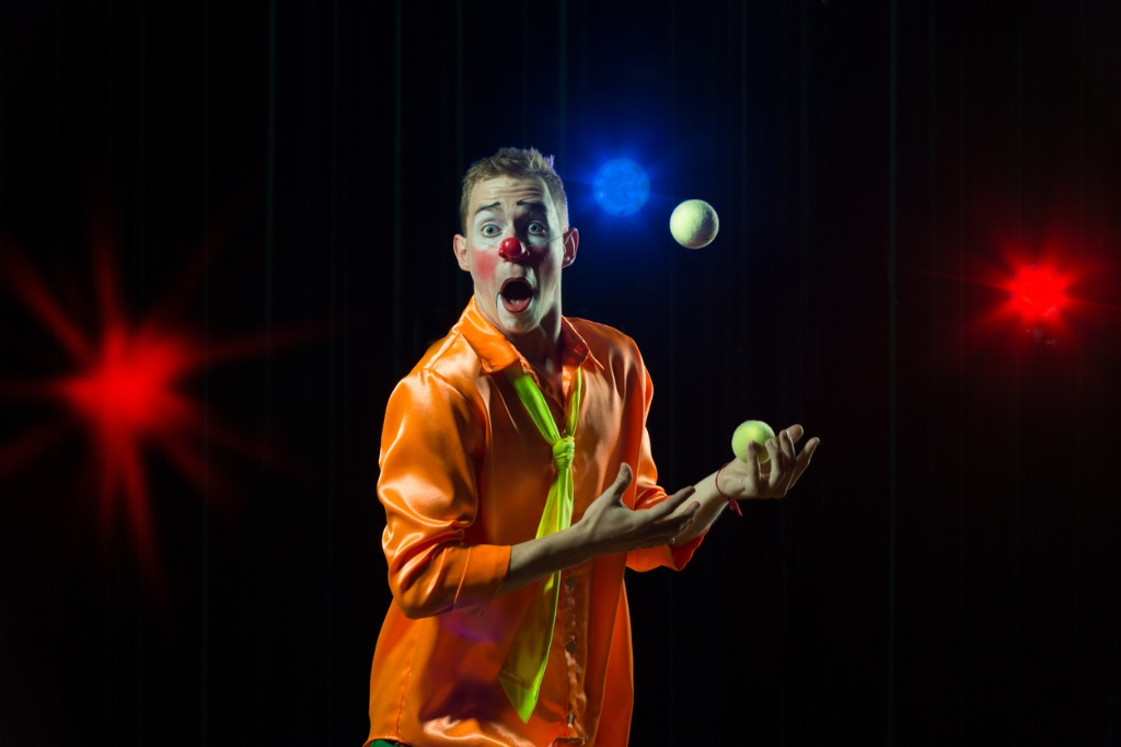 circus-clown-performs-number-clown-man-juggles-picture-id1148651815